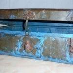 metalen blauwe koffer