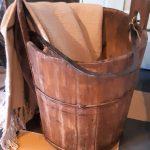 houten emmer met smeedijzeren handvat